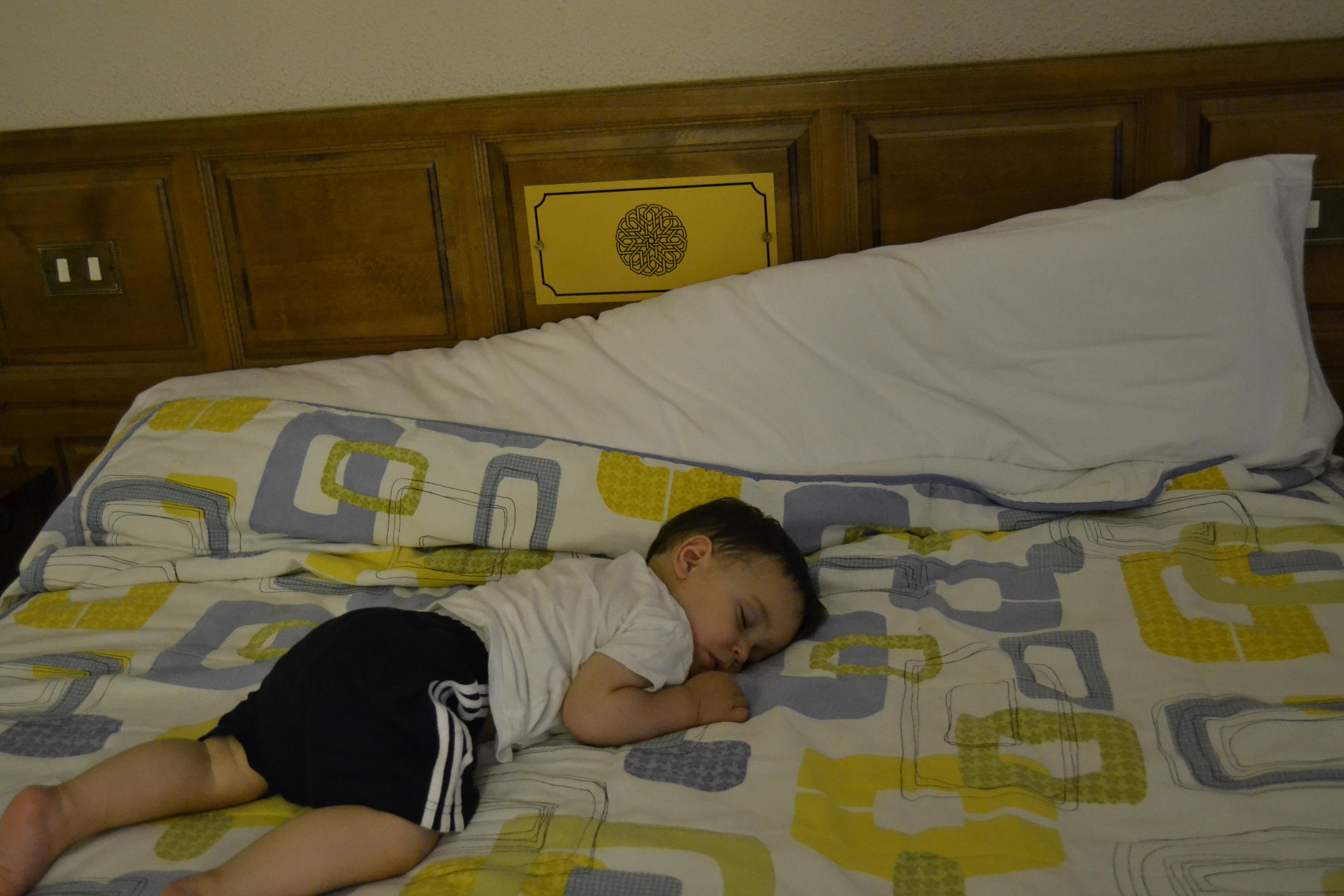 cómo cerrar los ojos con un niño que gatea mientras duerme.